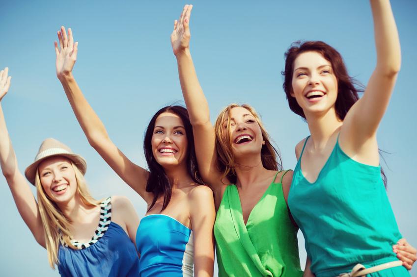 女性達が手をあげて挨拶