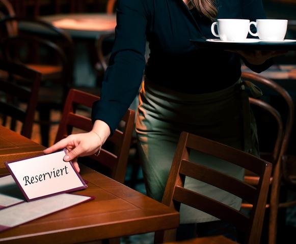 Junge kellnerin arbeitet im Cafe